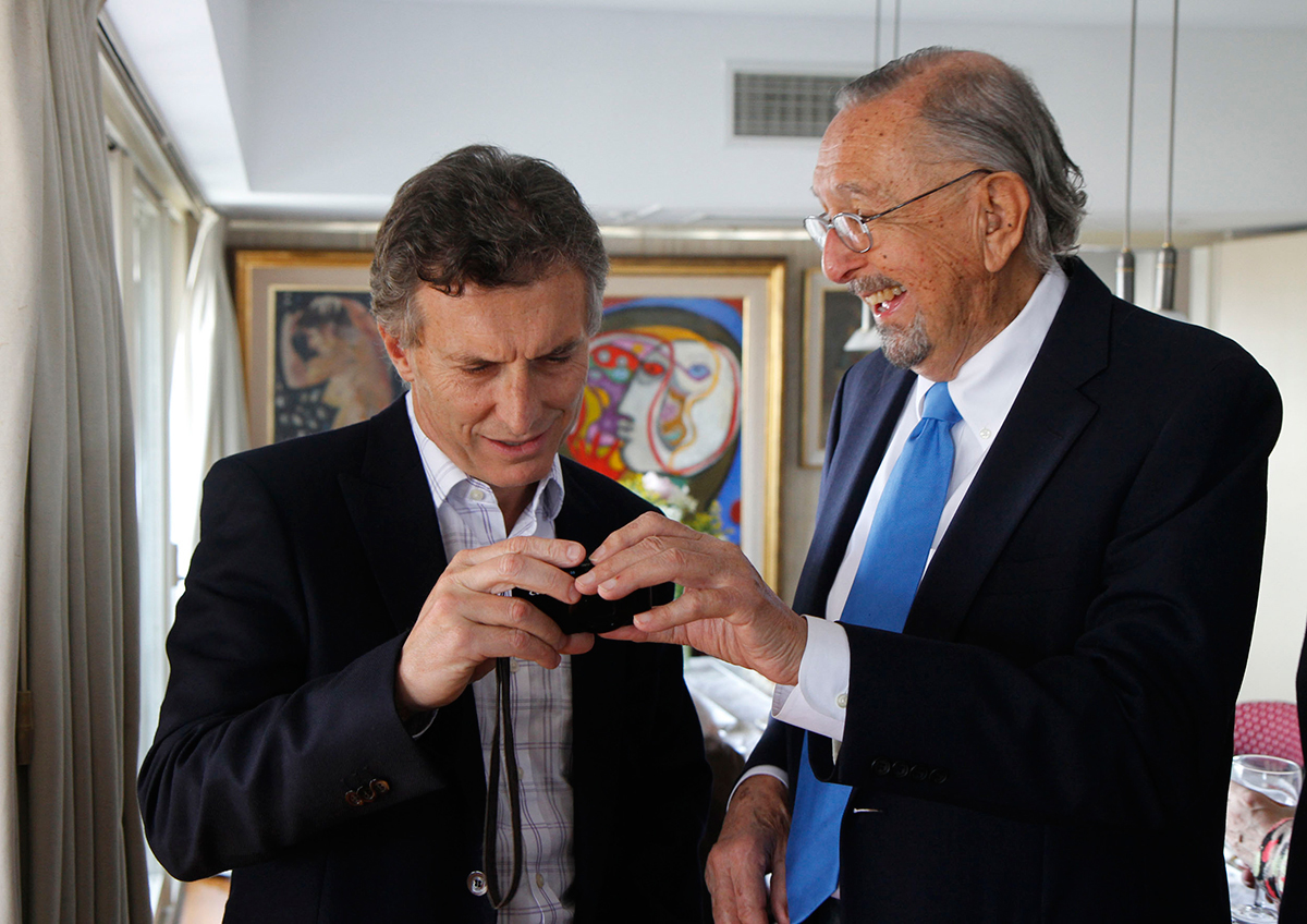 Image of two men looking at camera, with César Pelli on the right