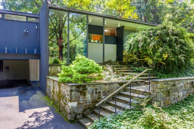 A house designed by Richard Neutra in Connecticut.