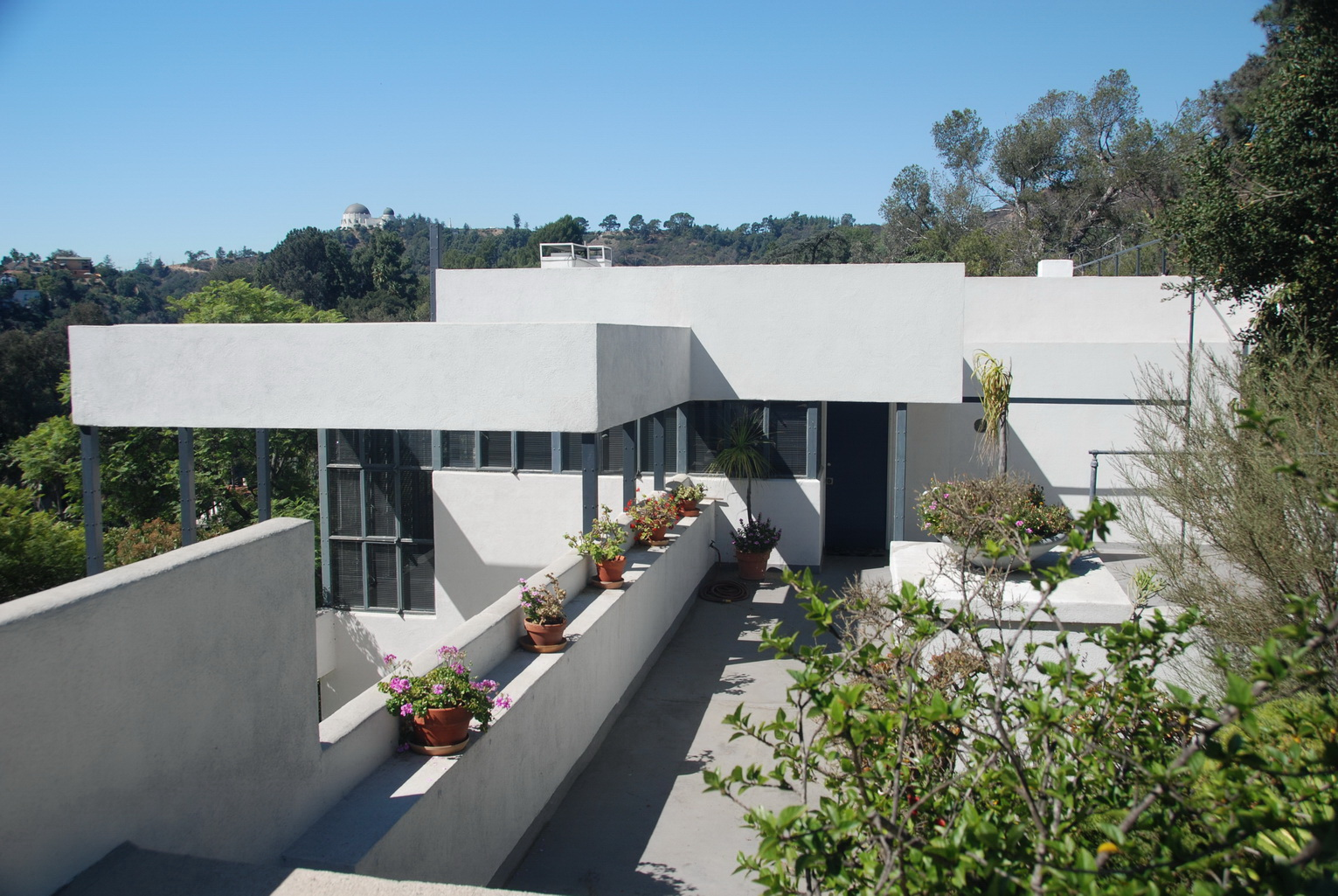 Exterior of a white boxy building, the Lovell House, in California
