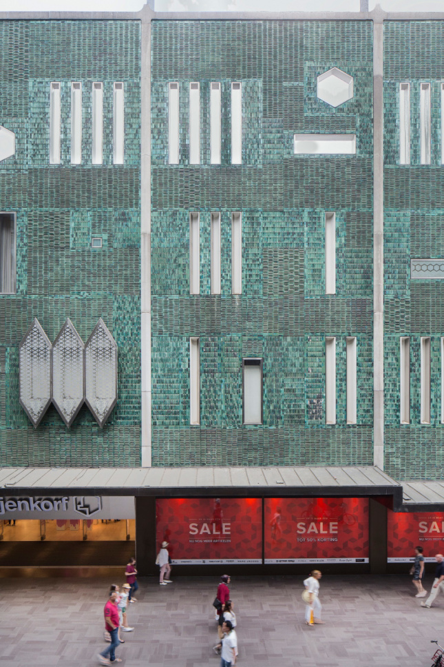 Close-up photograph of a department store facade designed by Gio Pont