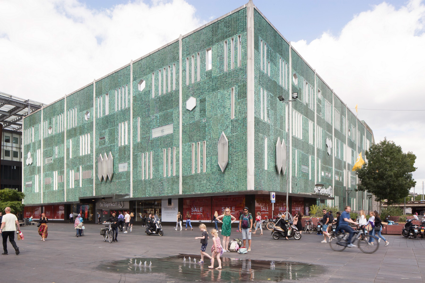 Photo of a Gio Ponto-designed department store with crystalline facade