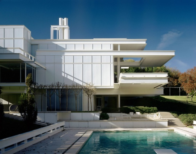 A white cantilevered home owned by Anne Bass