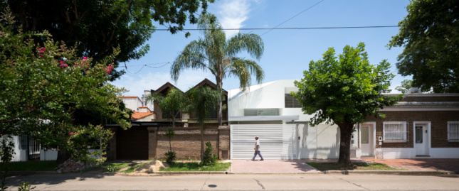 Exterior panorama of an all-white house designed by Spinagu