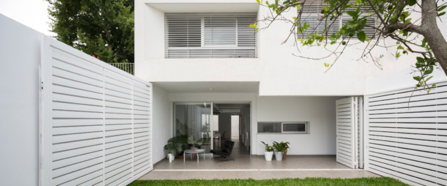 Looking into an all-white home designed by Spinagu