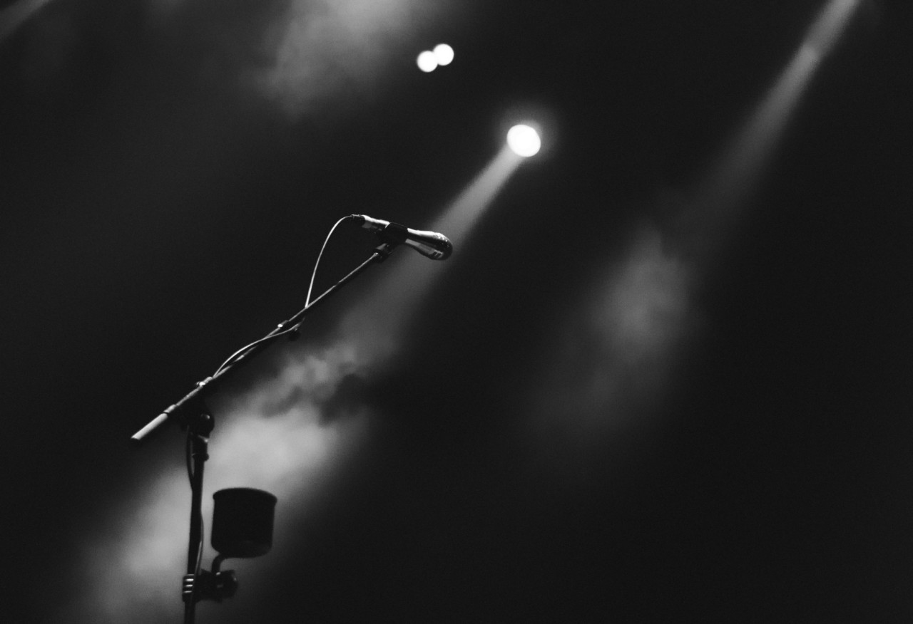 Photo of a microphone on an empty stage, of the type nina simone would use