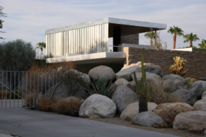 a modernist home in the desert